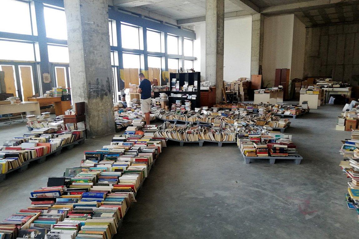 Αποτέλεσμα εικόνας για Άστεγοι δημιούργησαν παλαιοβιβλιοπωλείο στο κέντρο της Αθήνας!