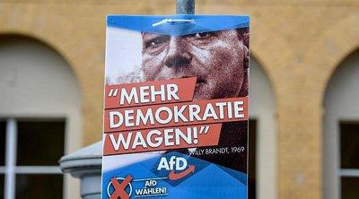 Εικόνες του Βίλι Μπραντ και συνθήματα της εξέγερσης της Ανατολικής Γερμανίας το '89 στις προεκλογικές εκστρατείες του ακροδεξιού AfD