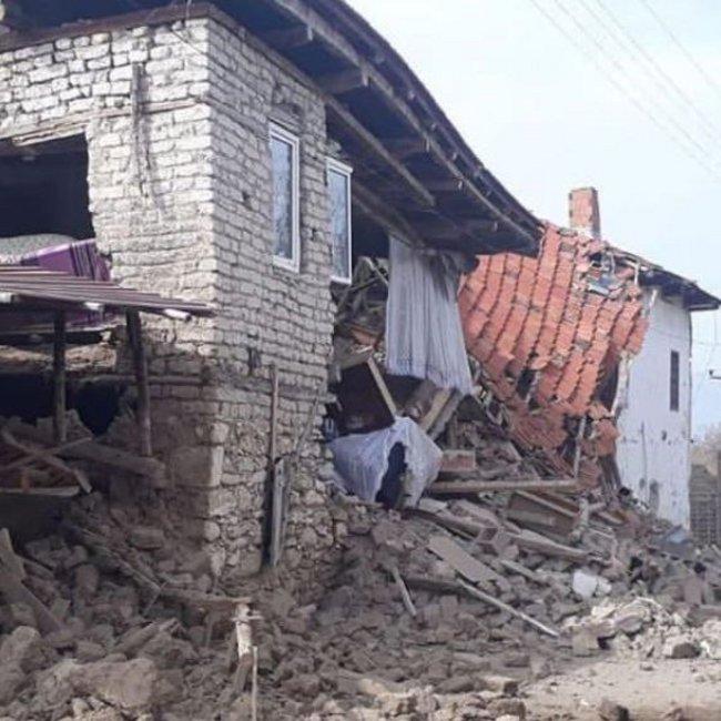 Συγκλονιστικές εικόνες από τον ισχυρό σεισμό στην Τουρκία – Τραυματισμοί και καταρρεύσεις κτιρίων