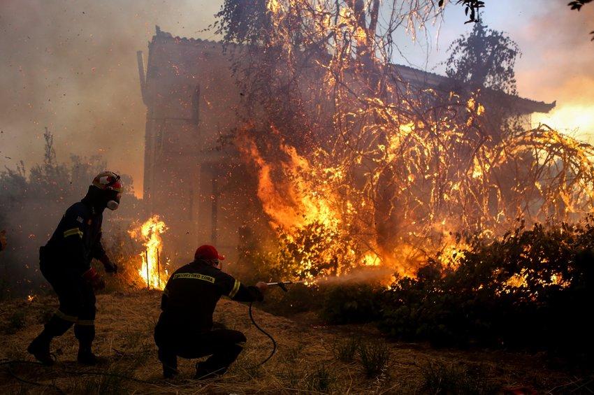 Ολονύχτια μάχη με τη φωτιά - Στήνουν αντιπυρικές ζώνες σε τρία μέτωπα 11,5 χιλιομέτρων