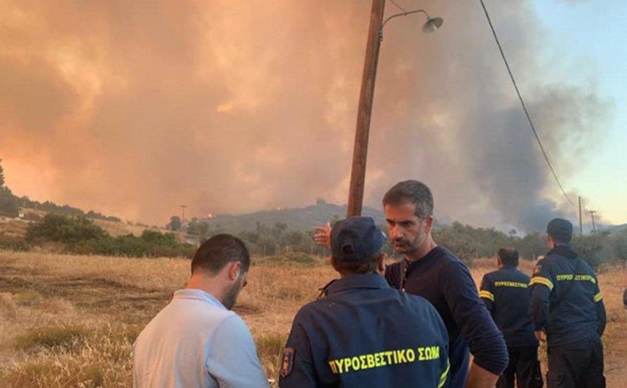 Στο μέτωπο της φωτιάς στην Εύβοια ο περιφερειάρχης Στερεάς Ελλάδας Κώστας Μπακογιάννης