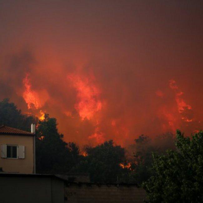 Ανεξέλεγκτη η φωτιά στην Εύβοια - Κάηκαν σπίτια στο Μακρυμάλλη, εκκενώθηκαν και τα Πλατάνια