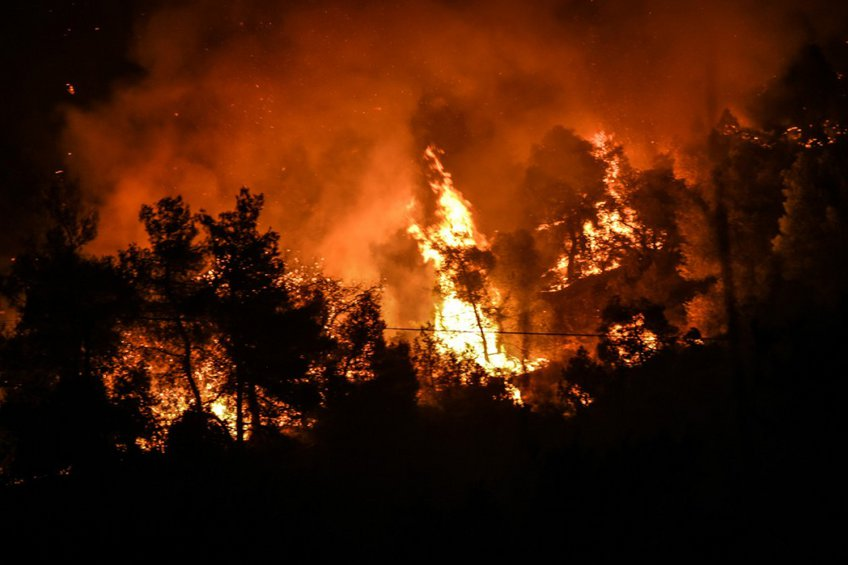 Συνεχίζεται η μάχη με τις φλόγες στην Εύβοια – Από το μεσημέρι εξασθένιση των ανέμων