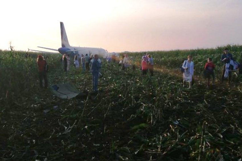 Ο Πούτιν θα βραβεύσει τους πιλότους του Ρωσικού αεροσκάφους με 233 επιβάτες που προσγειώθηκε σε χωράφι λόγω βλάβης