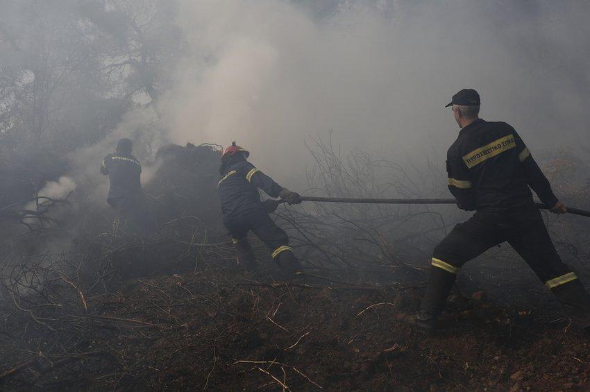 Μάχη με τις αναζωπυρώσεις δίνουν οι πυροσβέστες στη Εύβοια, σε χαράδρα του χωριού Πλατάνια