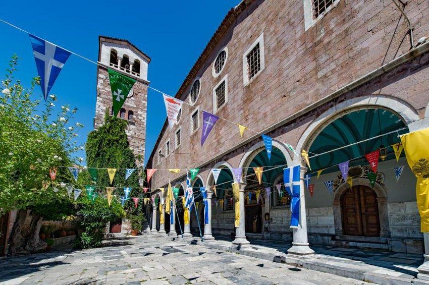 Μυτιλήνη: Πλήθος κόσμου περπατά χιλιόμετρα για να προσκυνήσει την Παναγιά Σιών στην Αγιάσο
