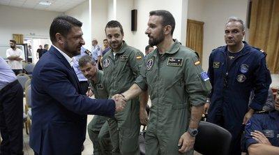Τους Ιταλούς και Ισπανούς πιλότους των πυροσβεστικών που συμμετείχαν στην κατάσβεση της πυρκαγιάς στην Εύβοια, βράβευσε ο Χαρδαλιάς