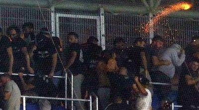 Βίντεο ντοκουμέντο – Αστυνομικός σημαδεύει με όπλο τους οπαδούς του ΠΑΟΚ