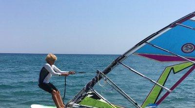 Μία θέση στο βιβλίο Γκίνες διεκδικεί  81χρονη επιχειρώντας να διανύσει 18 μίλια με windsurf