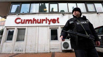 Αποφυλακίζονται, με απόφαση δικαστηρίου, οι πέντε δημοσιογράφοι της Cumhuriyet που κατηγορήθηκαν για τρομοκρατία
