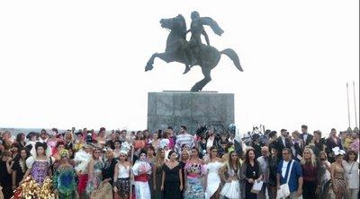 Υψηλή ραπτική με πλαστικές σακούλες, χαρτόνι και καπάκια στη Νέα Παραλία της Θεσσαλονίκης