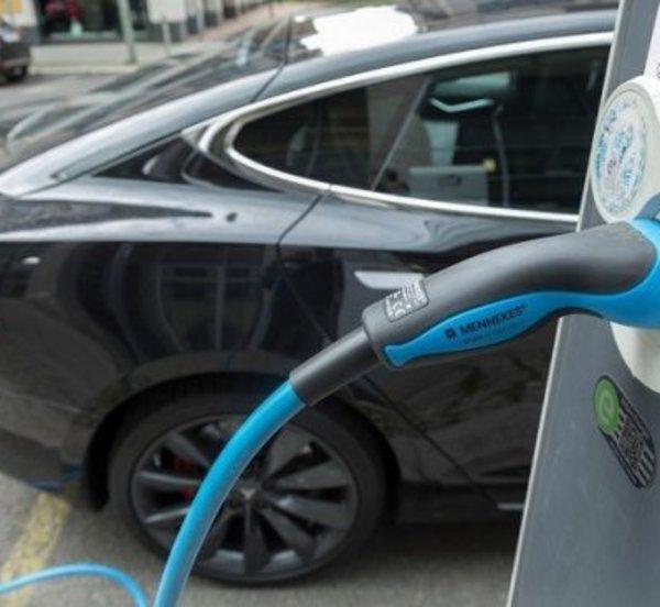 Βουλευτές πίσω από το τιμόνι ηλεκτρικών αυτοκινήτων