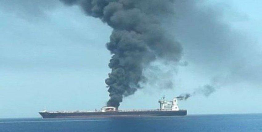 Εκρήξεις και πυρκαγιά σε ιρανικό τάνκερ στη Σ. Αραβία - Το έπληξαν δύο πύραυλοι, λέει η Τεχεράνη