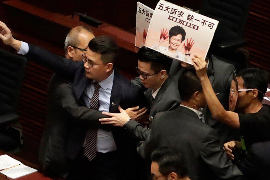 Δεύτερη ημέρα χάους στο κοινοβούλιο του Χονγκ Κονγκ - Έβγαλαν... σηκωτούς βουλευτές της αντιπολίτευσης