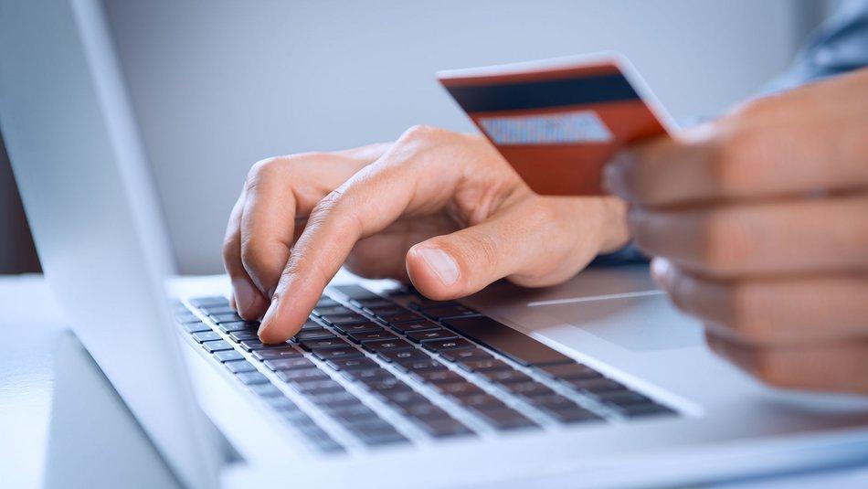 Το σχέδιο του Υπουργείου Οικονομικών: Υποχρεωτικές οι ηλεκτρονικές συναλλαγές και για τους ελεύθερους επαγγελματίες