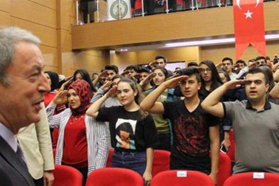 Μαθητές υποδέχονται τον Ακάρ με στρατιωτικό χαιρετισμό