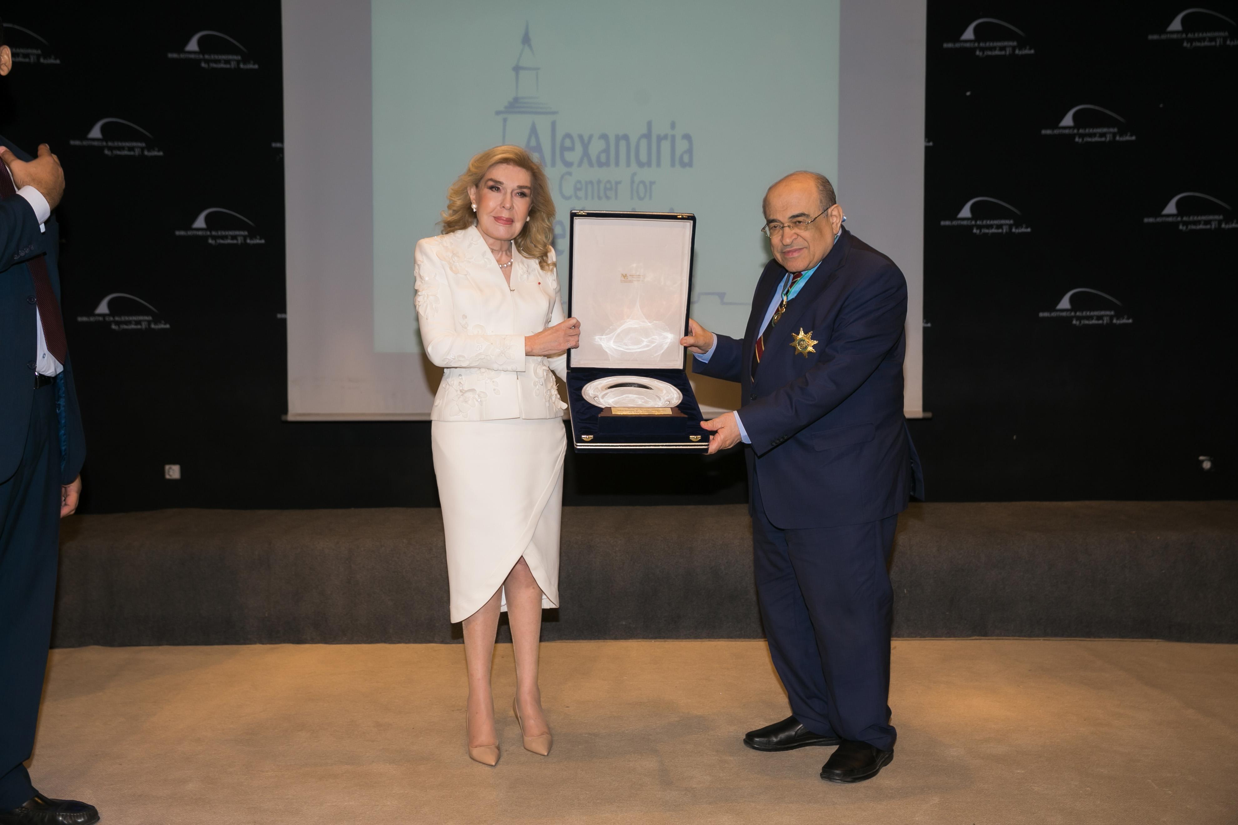 Ο Διευθυντής της Βιβλιοθήκης της Αλεξάνδρειας Mostafa El Feki απονέμει τιμητική διάκριση στην Μαριάννα Β. Βαρδινογιάννη