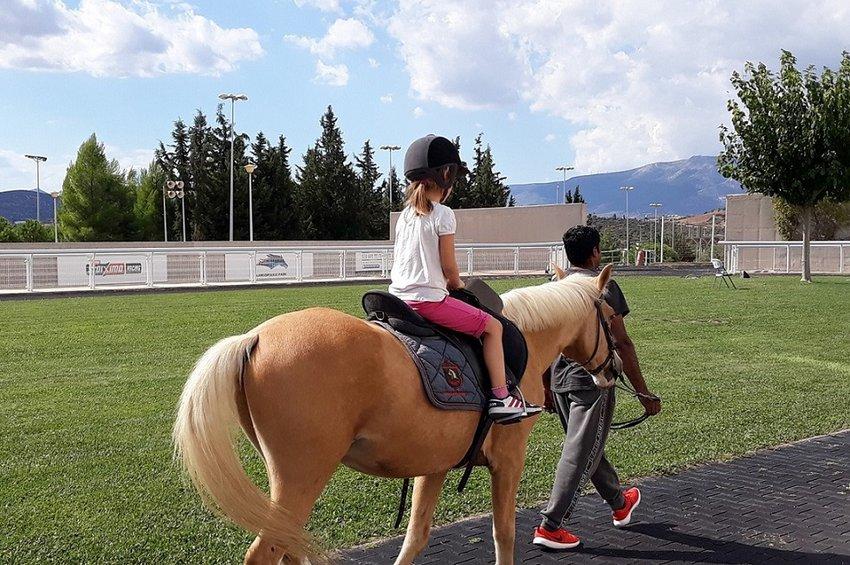 Τα παιδιά απολαμβάνουν βόλτες με πόνυ στο Markopoulo Park