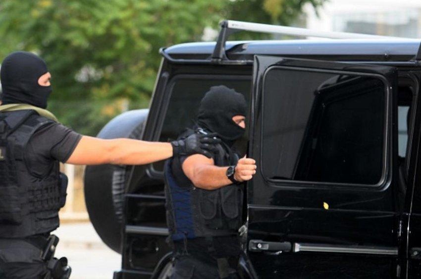 Βρέθηκαν Καλάσνικοφ και εκρηκτικά σε γιάφκα της «Επαναστατικής Αυτοάμυνας» - Στον Εισαγγελέα οι 3 συλληφθέντες