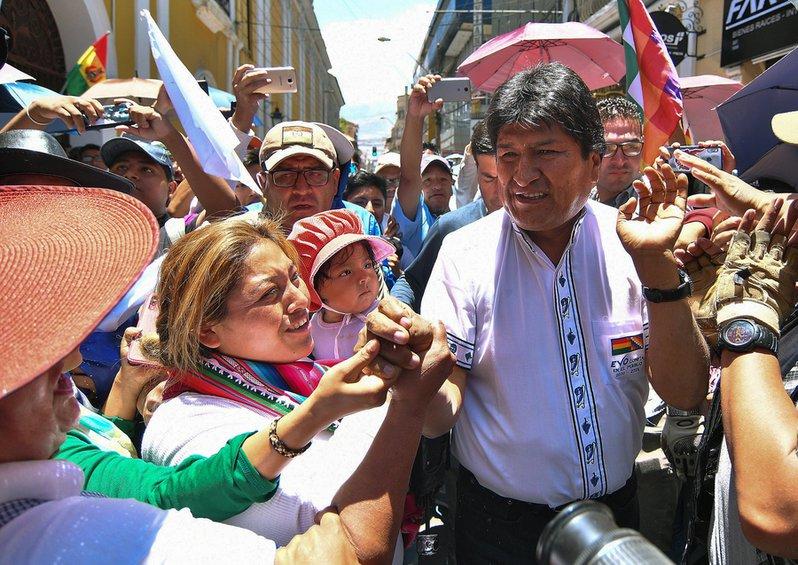 Βολιβία: Διαδηλώσεις και αποκλεισμένοι δρόμοι με την χώρα διχασμένη για το αποτέλεσμα των προεδρικών εκλογών