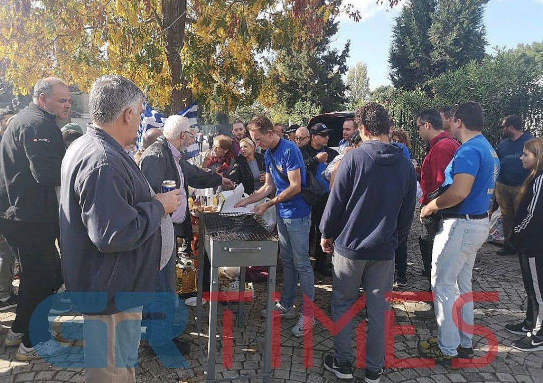 Με σουβλάκια και άφθονο αλκοόλ η διαμαρτυρία για τους μετανάστες στα Διαβατά - Την ίδια ώρα αντισυγκέντρωση