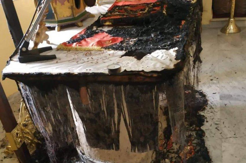 Εικόνες-σοκ: Έκαψαν την Αγία Τράπεζα του ναού «Άγιος Χαράλαμπος» στη Χίο