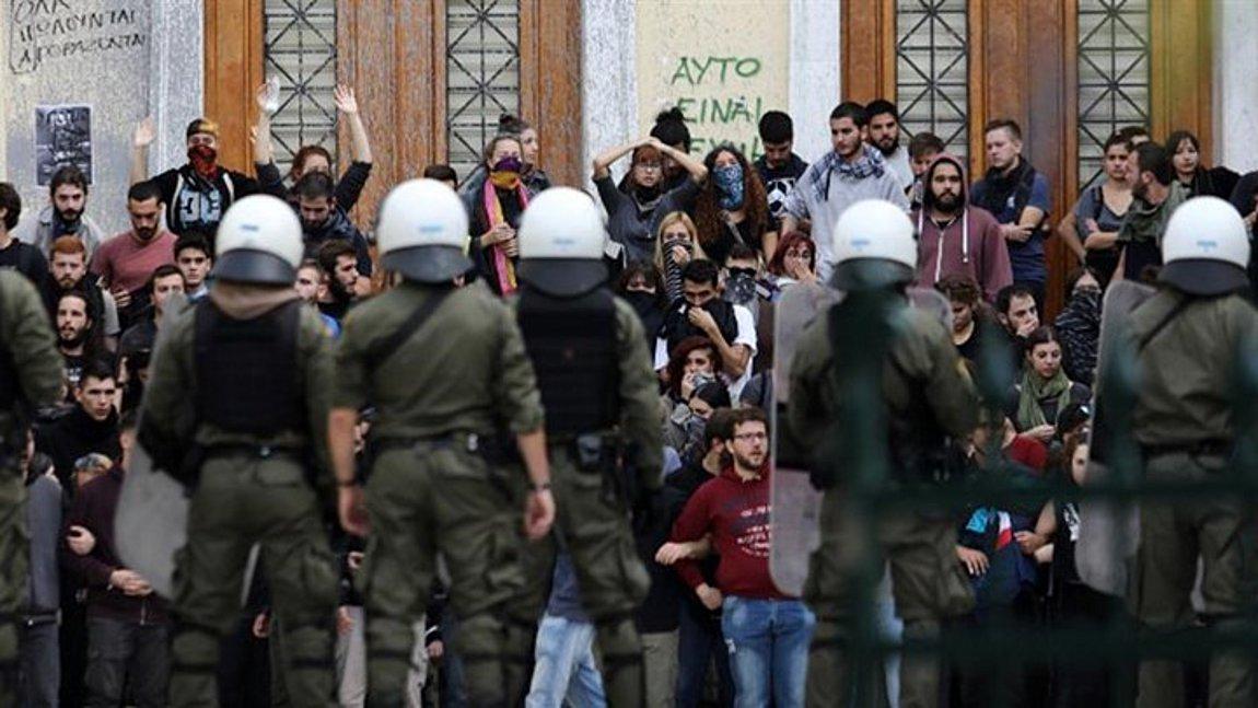Επεισόδια με τραυματίες στην ΑΣΟΕΕ - Πέτσας: Ο ΣΥΡΙΖΑ υπέθαλψε τους «μπαχαλάκηδες»