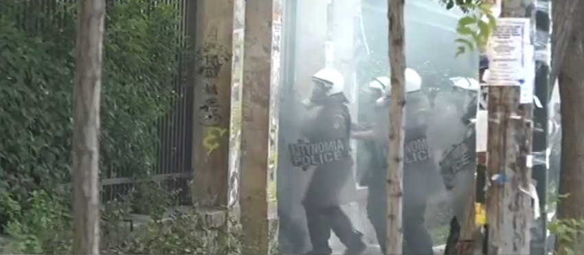 Επεισόδια και δακρυγόνα στο Οικονομικό Πανεπιστήμιο - Αναφορές για τραυματίες