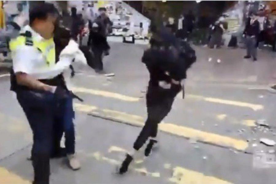 Χάος στο Κονγκ Κονγκ - Εικόνες σοκ: Aστυνομικός πυροβολεί εν ψυχρώ διαδηλωτή