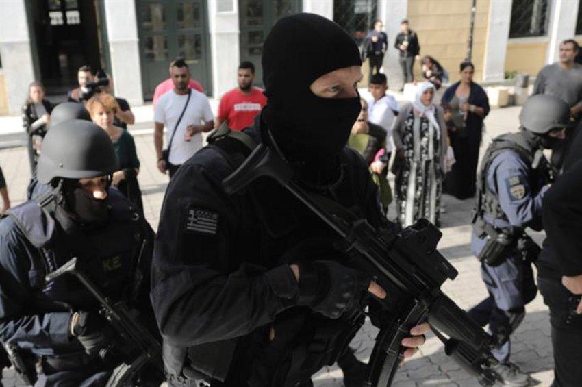 Ένταση στην Ευελπίδων: Επεισόδια μεταξύ ΜΑΤ και αλληλέγγυων στους συλληφθέντες για την «Επαναστατική Αυτοάμυνα»