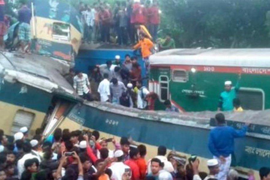 Σιδηροδρομική τραγωδία με δεκάδες νεκρούς: Δείτε τη σοκαριστική στιγμή της μετωπικής σύγκρουσης τρένων