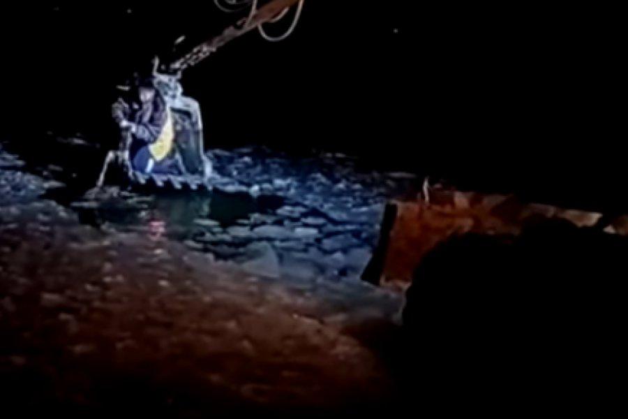 Βίντεο: Σκύλος που έπεσε σε παγωμένα νερά σώζεται με εσκαφέα