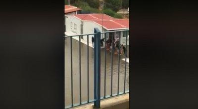 Μαθητές έφτιαξαν «γέφυρα» με καρέκλες για να βγουν από το πλημμυρισμένο σχολείο τους - ΒΙΝΤΕΟ
