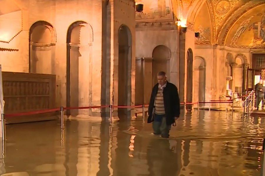 Σε κατάσταση καταστροφής κηρύχθηκε η Βενετία: Φόβοι ότι η στάθμη του νερού θα ξεπεράσει τα 2 μέτρα