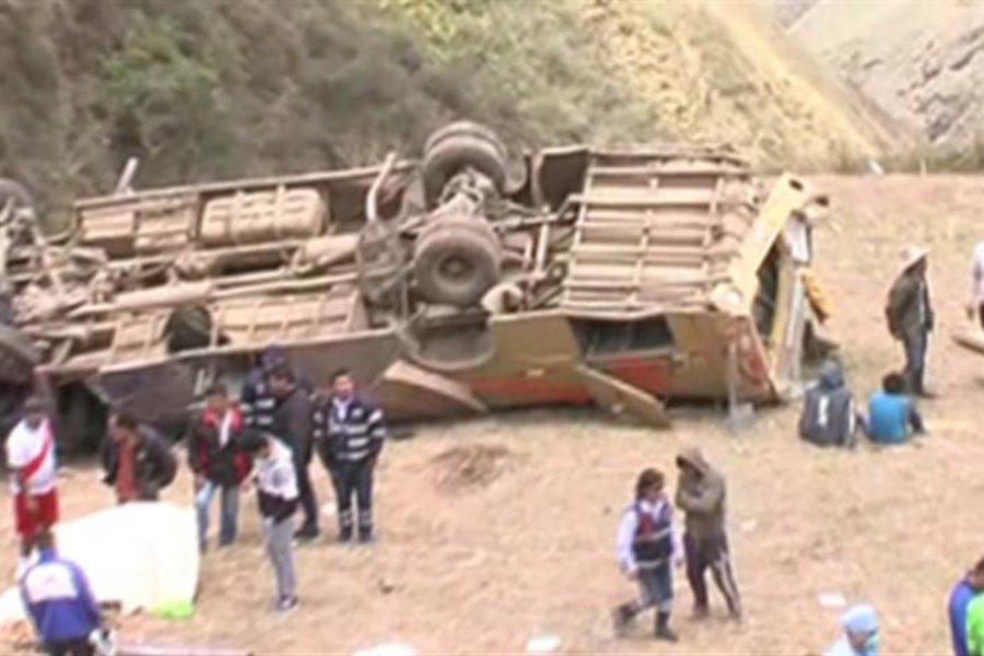 Βουτιά θανάτου για λεωφορείο σε γκρεμό 300 μέτρων