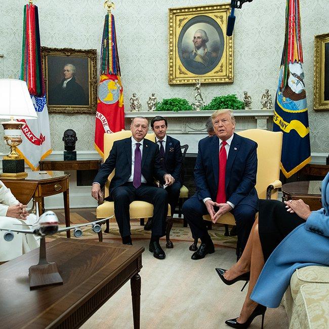 Ο Τραμπ «χαϊδεύει» τον Ερντογάν στον Λευκό οίκο για να αγοράσει F-35: Είμαστε φίλοι από παλιά!