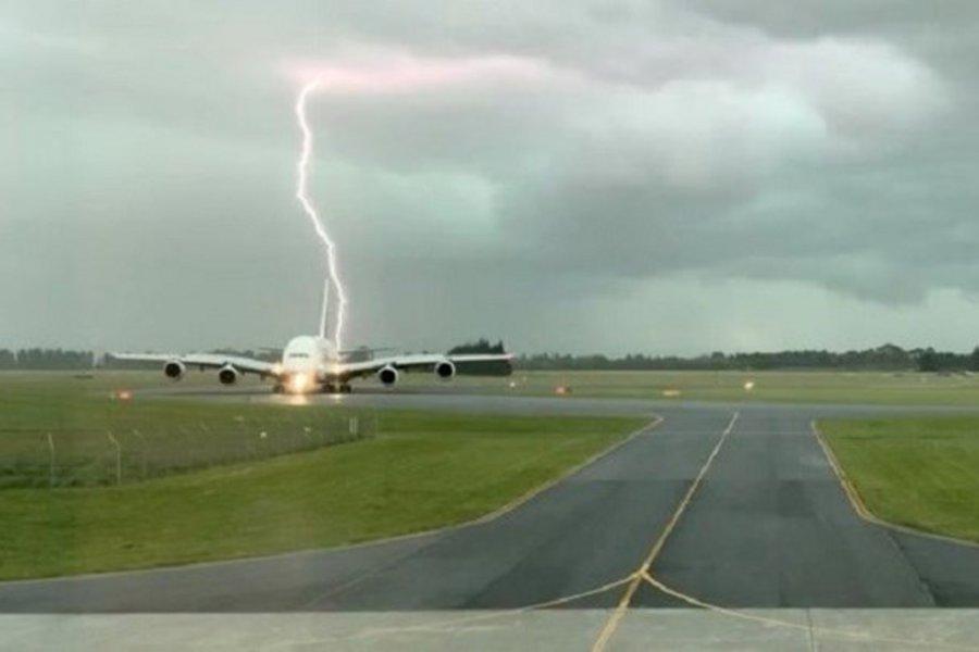 Κεραυνός «χτύπησε» δίπλα σε αεροσκάφος που μόλις είχε προσγειωθεί