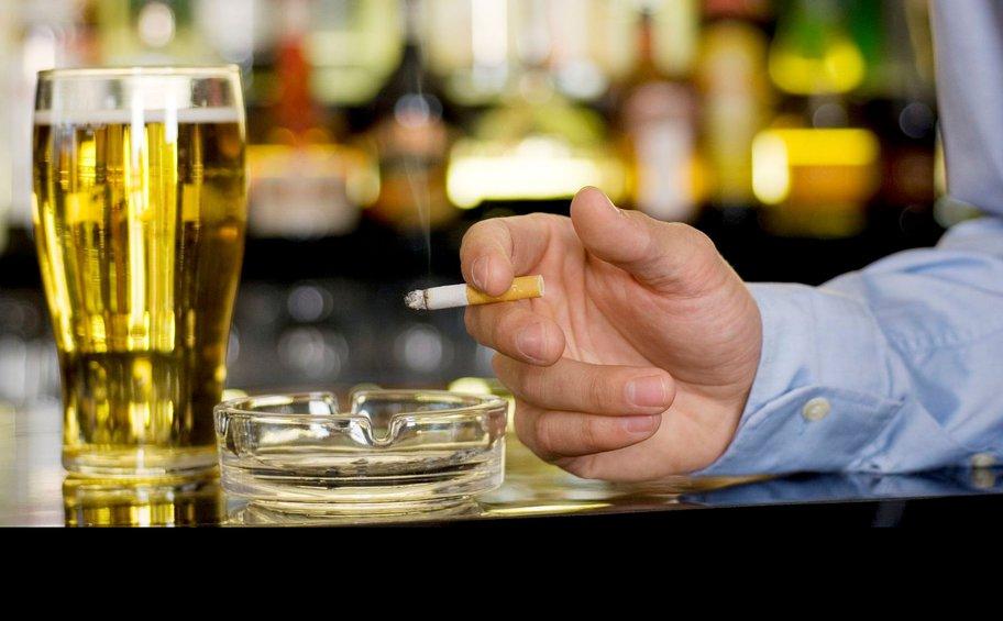Αντικαπνιστικός νόμος: Πελάτες βγαίνουν για τσιγάρο και γίνονται… «καπνός»