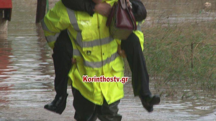 Η στιγμή της διάσωσης ηλικιωμένου ζευγαριού στην Κινέτα και μιας γυναίκας στους Αγίους Θεοδώρους Κορινθίας