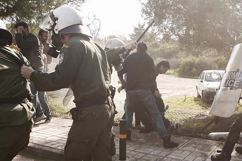Συγκρούσεις φοιτητών με ΜΑΤ στο Καβούρι όπου συνεδρίαζε η Σύνοδος Πρυτάνεων - Ενας τραυματίας