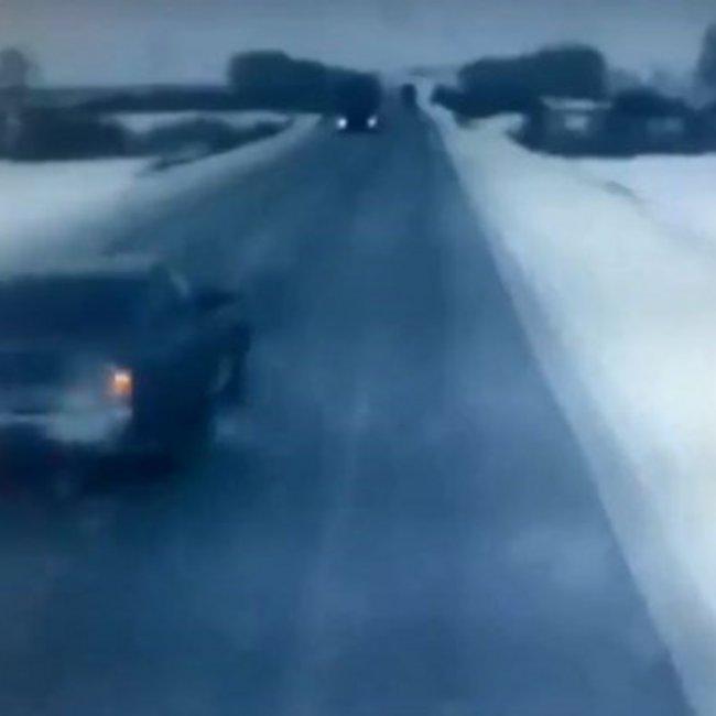Καρέ-καρέ η σφοδρή σύγκρουση ΙΧ με φορτηγό – Νεκρές μια 36χρονη και η 9χρονη  κόρη της – ΒΙΝΤΕΟ