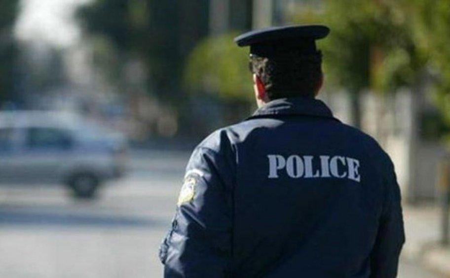 Αστυνομικός έκαψε ελληνική σημαία στα Πατήσια