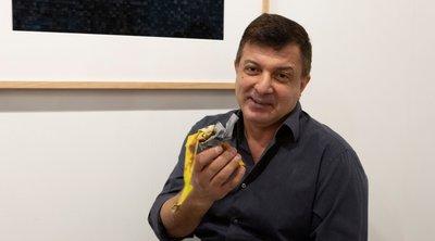 Καλλιτέχνης έφαγε μπανάνα αξίας 120.000 δολαρίων του Μαουρίτσιο Κατελάν από τοίχο γκαλερί στο Μαϊάμι
