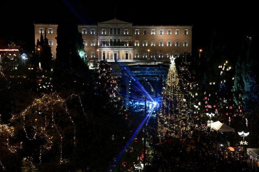 Το εντυπωσιακό χριστουγεννιάτικο δέντρο στο Σύνταγμα και το 3D projection στη Βουλή - ΒΙΝΤΕΟ