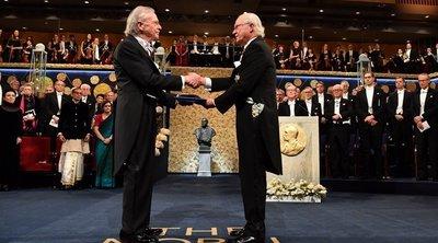 Στη σκιά διαδηλώσεων ο Πέτερ Χάντκε παρέλαβε το Βραβείο Νόμπελ Λογοτεχνίας