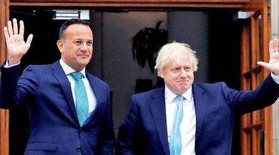 Τζόνσον - Βαράντκαρ δεσμεύθηκαν για επανεκκίνηση της αποκεντρωμένης κυβέρνησης στη Β. Ιρλανδία