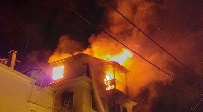 Καρέ – καρέ η διάσωση άνδρα από φωτιά σε τριώροφο – Γυναίκα πήδηξε μαζί με το παιδί της για να σωθεί – ΒΙΝΤΕΟ