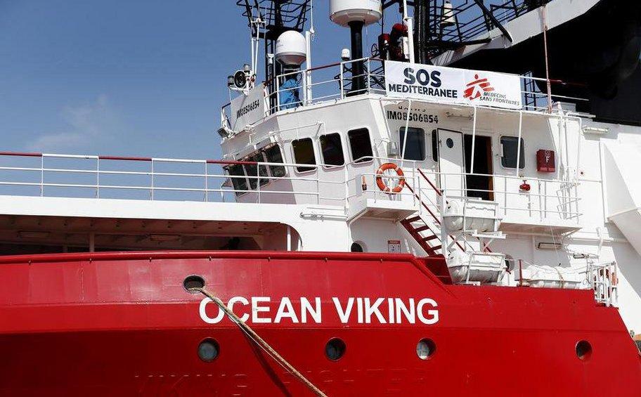 Ιταλία: Οι 180 μετανάστες-πρόσφυγες του Ocean Viking θα μεταφερθούν στο πλοίο Moby Zazΰ για καραντίνα δυο εβδομάδων