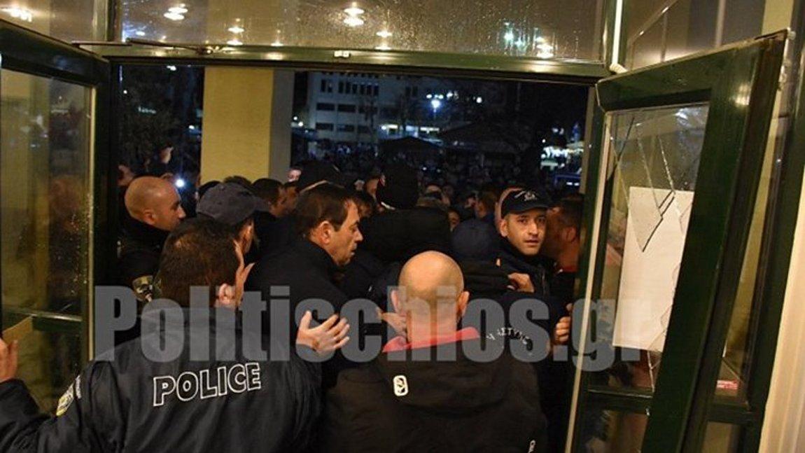 Χίος: Άγριες αποδοκιμασίες πολιτών κατά του Ν. Μηταράκη για το μεταναστευτικό - Εισέβαλλαν στο δημαρχείο σπάζοντας την πόρτα