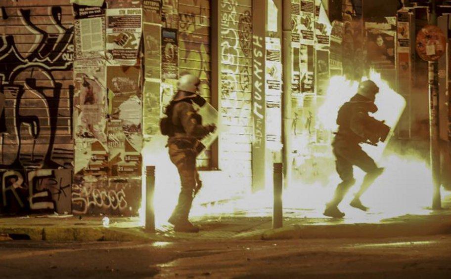 Επεισόδια και μολότοφ στο κέντρο της Αθήνας - Επίθεση από κουκουλοφόρους δέχθηκαν αστυνομικοί